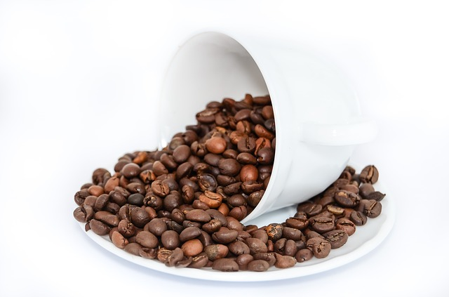 kávová zrna v šálku.jpg