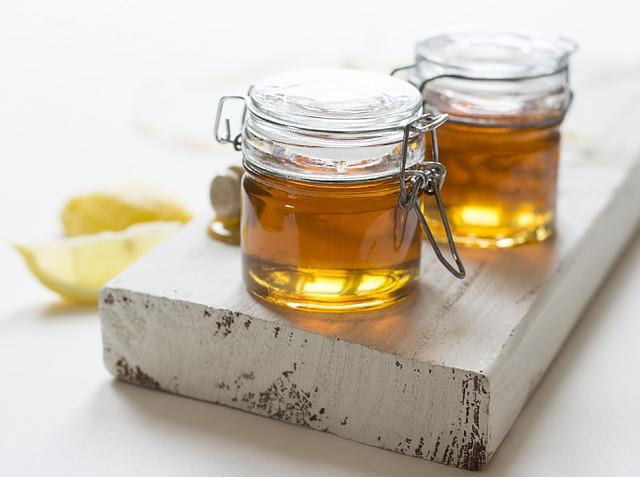 dvě sklenice medu.jpg