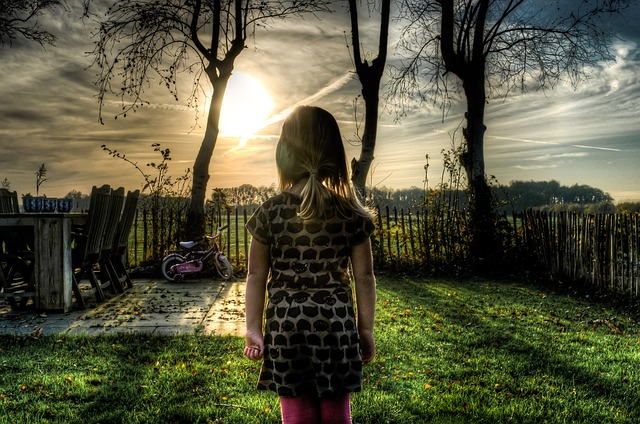 dívka na zahradě.jpg