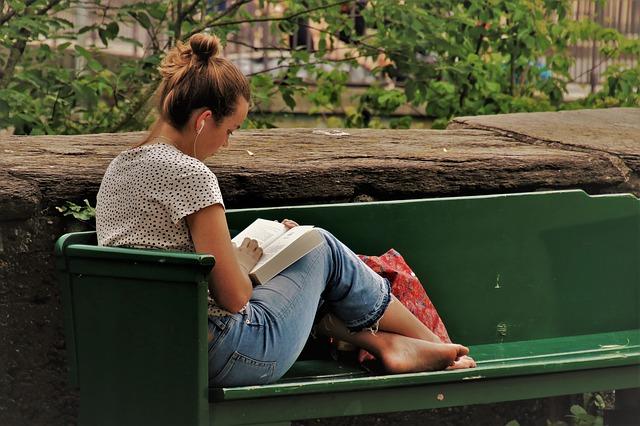 čtení na lavici