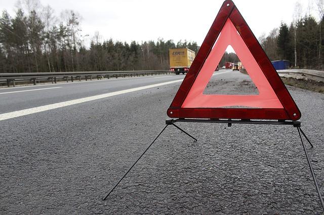 výstražný trojúhelník na silnici